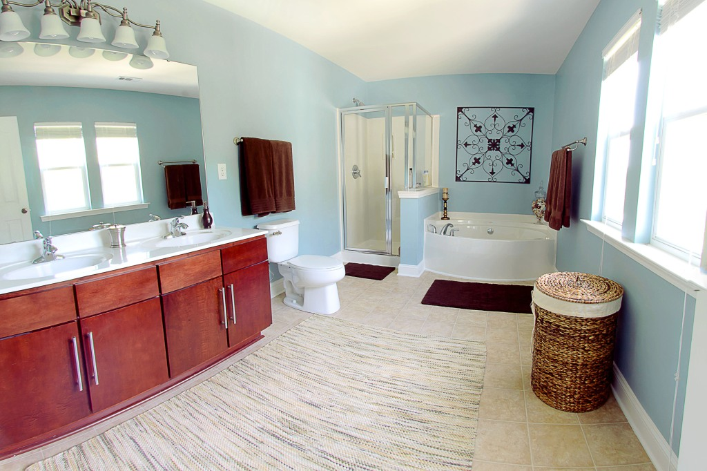 real estate photography :  master bathroom