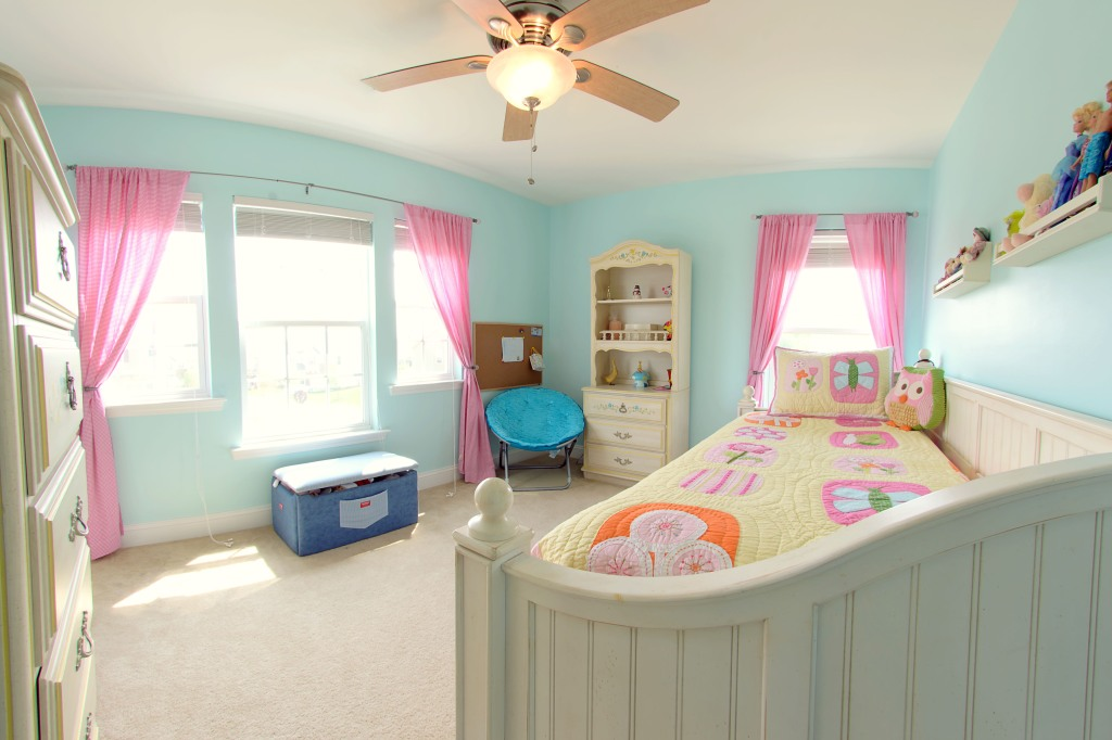 real estate photography :  guest bedroom